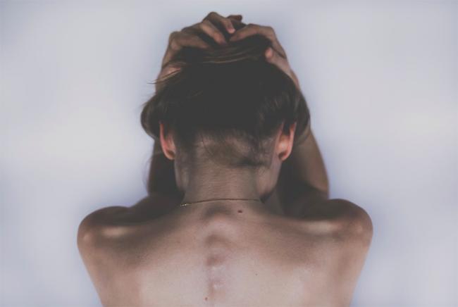donna nuda spalle triste