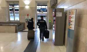 polizia valigie stazione
