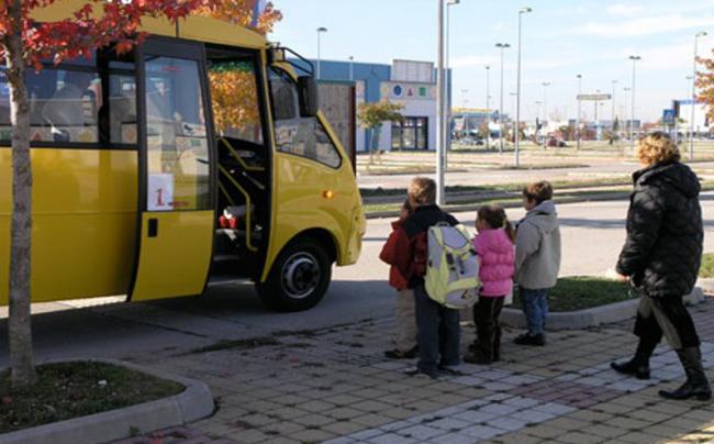 scuolabus bambini coda