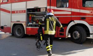 vigile fuoco fretta camion spalle