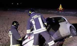 vigili del fuoco incidente auto notte fuori strada